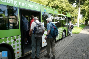 Touristen steigen in den Nationalpark-Shuttle